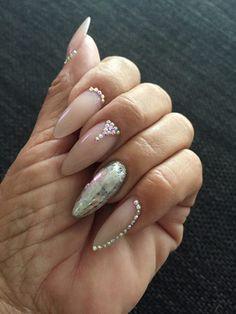 Nude gele negle fra Nail4you, her dekoreret med nail art af Negle folie og diamanter. Neglene er lavet af Helle