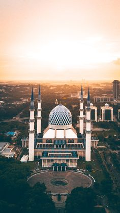 Sultan Salahuddin Abdul Aziz Shah Mosque in Selangor, Malaysia. The Sultan Salahuddin Abdul Aziz Shah Mosque is the state mosque of Selangor, Malaysia. It is located in Shah Alam. Beautiful Mosques, Beautiful Buildings, Beautiful Places, Mecca Wallpaper, Islamic Wallpaper, Quran Wallpaper, Mosque Architecture, Shah Alam, Blue Mosque