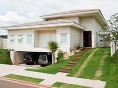 Belíssima residência com fachada branca e telhado quatro águas - por Maria Helena Caetano