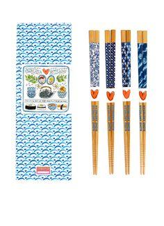Set van 4 paar eetstokjes uit de serie 'From Asia with love' van Blond met vier verschillende blauw/witte prints aan de bovenzijde. Deze chopsticks van bamboe zijn niet geschikt voor in de vaatwasser.