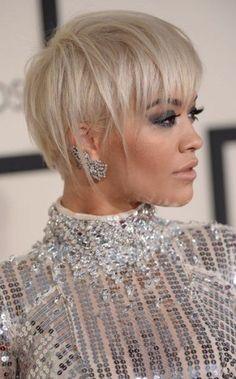 La sublime Rita Ora porte ici la pixie cut de façon asymétrique, mais avec beaucoup de classe et d'élégance. On craque pour ses mèches blond platine, ...