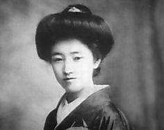 「束髪」。明治時代~昭和。西洋婦人の髪形を真似て、明治ごろ「鹿鳴館時代」と呼ばれた時期に上流階級の女性の間に登場した髷の一群。