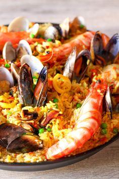 Pour 6 à 8 personnes Préparation : 2 heures Cuisson : 1h30 400g de crevettes crues 5 crevettes royales 1 L de moules 1 L de clams 4 calamars ou encornets 1 poulet d'1,5 kg 1 gros oignon 1 poivron vert + 1 rouge 1,5 kg de tomates 200g de petits pois cuits... Spanish Cuisine, Spanish Food, Paella Party, Seafood Recipes, Cooking Recipes, Beach Meals, Portuguese Recipes, Mediterranean Recipes, Couscous