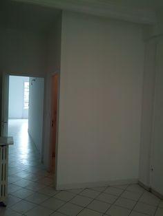 finition d'une cloison en carreaux de plâtre construite pour créer ... - Carreau De Platre Salle De Bain