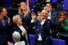 Alemania aprueba el matrimonio homosexual. El parlamento alemán saca adelante la iniciativa con 393 votos a favor. Merkel y otros 225 parlamentarios ha votado en contra. El País, 2017-06-30 http://internacional.elpais.com/internacional/2017/06/30/actualidad/1498807271_931179.html
