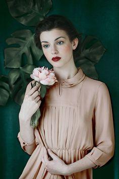 photo : Monia Merlo, portrait de femme, réinterprétation d'Einar Jolin, rose pâle-vert sombre