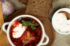 Gerade in den westlichen Ländern herrschen viele falsche Vorstellungen über das kulinarische Russland vor. Wir zeigen hier einige traditionelle Gerichte und Zubereitungsmethoden der wirklichen russischen Küche.