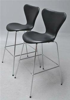 Vare: 2792091Arne Jacobsen. Par 'Syver' barstole i sort læder, model 3197 (2)