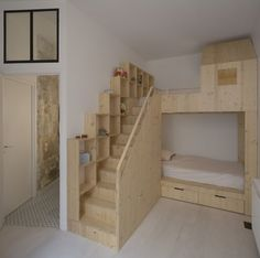 Loft : Appealing Small Loft Bedroom with Oak Wooden Loft Bed also Completed with Bathroom Inside. Retro Style Interior of Loft in Paris by Maxime Jansens Loft Bunk Beds, Bunk Beds With Stairs, Kids Bunk Beds, Casa Loft, Loft House, Tiny House, Bedroom Loft, Diy Bedroom Decor, Loft Paris