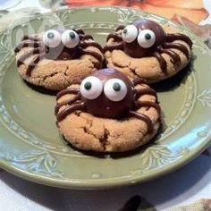 Cookies de aranha para o Halloween @ allrecipes.com.br - As crianças podem ajudar a fazer esses cookies divertidos para festinhas de Halloween.