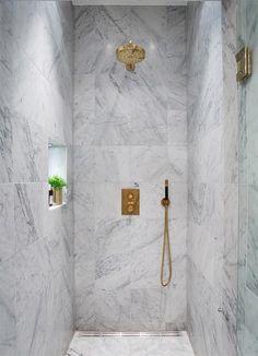 Una casa nórdica en blanco y negro con mucho mármol · A B&W home with lots of marble