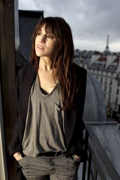 Relaxed tee denim and blazer. Charlotte Gainsbourg