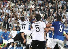 Jerome Boateng wird mit einer kuriosen Szene beim EM-Viertelfinale gegen Italien zum Pechvogel. Nach einem Handspiel bekommt er im Netz eine Menge Spott.