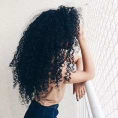 To have beautiful curls in good shape, your hair must be well hydrated to keep all their punch. You want to know the implacable theorem and the secret of the gods: Naturally curly hair is necessarily very well hydrated. Love Hair, Big Hair, Gorgeous Hair, Pelo Natural, Natural Curls, Pretty Hairstyles, Wig Hairstyles, Women's Human Hair Wigs, Curly Hair Styles