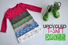 Via de bron een hele beschrijving om van oude T-shirts dit leuke jurkje te maken, inclusief het stempelen van de strookjes met textielverf.