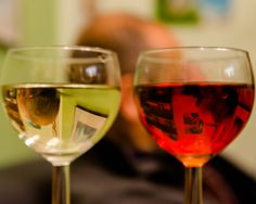 3 heads in 2 glasses Creative Photography, White Wine, Alcoholic Drinks, Glasses, Eyewear, Eyeglasses, White Wines, Liquor Drinks, Alcoholic Beverages