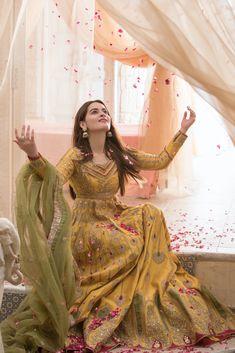 Pakistani Fashion Party Wear, Pakistani Wedding Outfits, Indian Bridal Outfits, Pakistani Wedding Dresses, Pakistani Dress Design, Designer Party Wear Dresses, Indian Designer Outfits, Mehndi Dress, Designer Bridal Lehenga