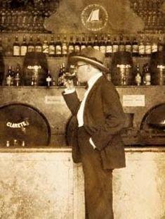 Fernando Pessoa echándose un trago de aguardiente. Esta foto se la mandó a Ofélia Queiroz, en 1928, con la leyenda: Em flagrante delitro!