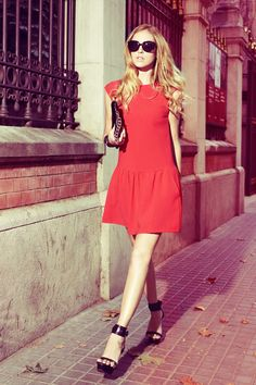 A cute red dress with pleating detail like this one is ideal for your everyday spring/summer look.Chiara Ferragnistyles the look with black sandals and sunnies!Dress: Mango.
