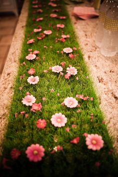 grass I do love this AstroTurf with flowers as tanlerunner! Table Garden Birthday, Fairy Birthday Party, Flower Birthday, 5th Birthday, Spring Party, Spring Birthday Party Ideas, Fairy Baby Showers, Party Mottos, Party Ideas For Girls