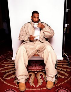 Jay-Z photographed drinking tea in London from a fancy cup and saucer with his pinky all out in 1999 by Liam Duke. Mode Hip Hop, Hip Hop And R&b, 90s Hip Hop, Hip Hop Rap, Beyonce And Jay Z, Hip Hop Fashion, 90s Fashion, Hip Hop Artists, Rap Music