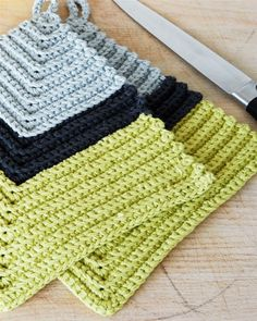 Bízza magát: Erős edényfogó from Her világ Basic Crochet Stitches, Easy Crochet Patterns, Stitch Patterns, Crochet Kitchen, Crochet Home, Knit Crochet, Crochet Hot Pads, Crochet Potholders, Weaving Patterns