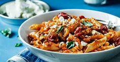 Smakrik tomatsås med körsbärstomater, röda linser och vit ost som bra proteintillskott till denna tomatsås. Toppa gärna pastarätten med vacker basilika.