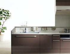 キッチン(システムキッチン)メーカーのトクラス。調理中の鍋蓋、塩・コショウに台拭き、乾燥中のまな板やペットボトル、お弁当用のミニカップなどで、カウンターの上は何かと散らかりがち。そんなお悩みは、ハンガーアイテムで解消しましょう。