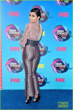 Vanessa Hudgens Wears the Pants at Teen Choice Awards Photo Vanessa Hudgens looks super chic while making her carpet appearance at the 2017 Teen Choice Awards held at USC's Galen Center on Sunday (August in Los Angeles. Teen Choice Awards 2017, Teen Awards, Vanessa Hudgens Style, Vanity Fair Oscar Party, Beautiful Women Pictures, Sexy Skirt, Celebs, Celebrities, The Duff