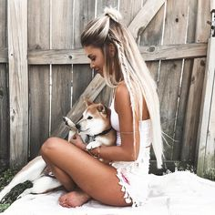 """KELSEY FLOYD no Instagram: """"Pup lovins #ShibaGang ❤️ extensions ≫ @foxylocks.co.uk 24"""" platinum blonde. Use my code: """"FoxyKelsey"""" for a free gift at checkout  #foxylocks"""""""