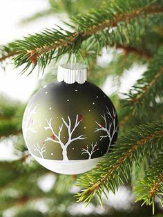 déco de Noël  boule embellie par un dessin hivernal