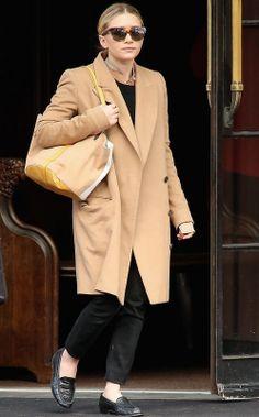 Ashley Olsen con abrigo camel masculino