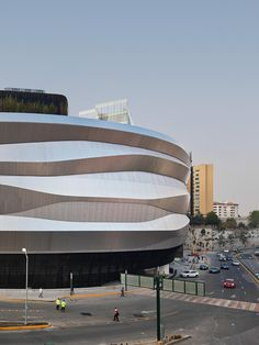 Liverpool Interlomas Department Store is a commercial development designed by Rojkind Arquitectos with a Zahner-engineered and fabricated facade system. Parking Building, Building Facade, Liverpool, Retail Facade, Mall Design, Facade Design, Wuhan, Facade Architecture, Kitchen Cupboards