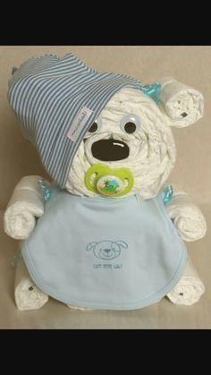 Windeltorte - ein kleiner Bär aus Windeln mit Schnuller, Latz und Mütze