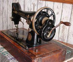 Op zo'n machine heeft mijn moeder in januari 1967 mijn trouwjurk genaaid, goed hé   Singer 99 hand crank