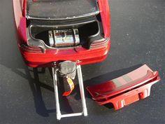 Ford Mustang SVT 1994 au 1/18 de marque Jouef Evolution.  Modifs :  - Moteur big block V12 - wheeling bars - réservoir placé dans le coffre - parachute - bossage et découpe de capot - habitacle épuré - arceau de sécurité - gros pneus arrières - peinture Ford - Salsa-rot. métallisé