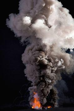 Kevin Cooley est un photographe américain, surtout connu pour ses clichés et ses films de paysages plongés dans la nuit. Avec cette série expérimentale « Controlled Burns », il développe l'opposition et la contradiction que peut avoir le feu pour l'être humain. « Le feu est une force naturelle puissante et dévastatrice que nous exploitons pour notre plus grand bien « . C'est également le seul élément naturel que nous pouvons créer sur demande.