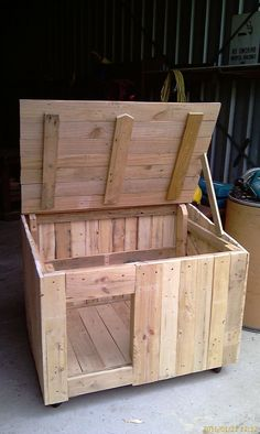 Ok, I know what you're thinking. What the heck is a pallet kennel? Well it's exactly what it sounds like. It's an animal kennel designed and built from old pallet wood. It's a great way to use some reclaimed wood, keeping it out of the landfill, and m Pallet Dog House, Dog House Plans, Wood Dog House, Dyi Dog House, Build A Dog House, Duck House, Niche Chat, Cat Kennel, Dog Kennels