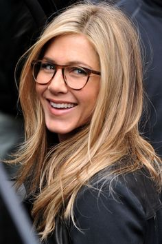 Celebs Who Look Gorgeous In Glasses Jennifer Aniston looks sophisticated in her stylish specs!Jennifer Aniston looks sophisticated in her stylish specs! Peinados Jennifer Aniston, Jennifer Aniston Haircut, Jenifer Aniston, Jennifer Aniston Glasses, Jennifer Aniston Hair Color, Sunglasses For Your Face Shape, Corte Y Color, Great Hair, Pretty Hairstyles