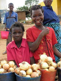 Tsangano District roadside market, Tete Province, Mozambique (2008). Photo: Peter Fredenburg for WorldFish via Flickr