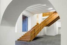 Projekty,  Korytarz, przedpokój i schody zaprojektowane przez Menos é Mais - Arquitectos Associados