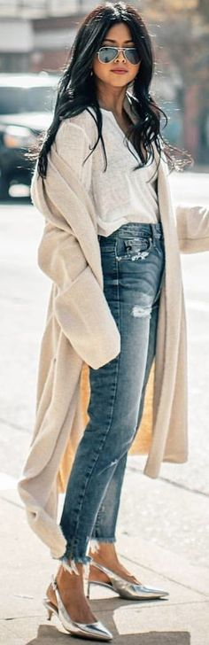 #spring #outfits woman wearing blue distress jeans. Pic by @streetstyle_lookboock
