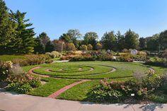 http://lincoln.ne.gov/city/parks/parksfacilities/publicgardens/images/strolling.png