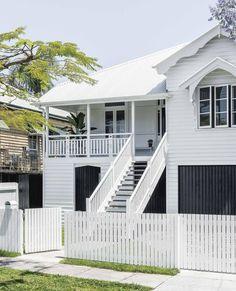 Ein klassischer, rein weißer Queenslander in Brisbane - Stilt - dekoration Queenslander House, Weatherboard House, Hamptons Style Homes, Hamptons House, Exterior Stairs, House Paint Exterior, Roof Colors, House Colors, Brisbane
