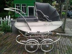 Antieke vintage kinderwagen, origineel, gerestaureerd