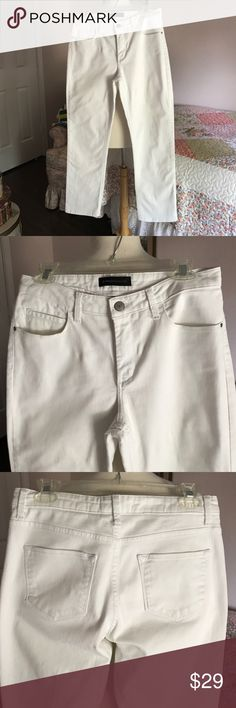 """LEE PLATINUM LABEL WHITE JEANS. SIZE 10 SHORT. White jeans w/5 pocket style. Classic fit. Straight leg. Stretch. 28"""" inseam.                 NON-SMOKING HOME. Lee Jeans Straight Leg"""