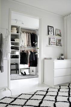 idée rangement chambre en noir et blanc, tapis aux losanges noirs et blancs, grande niche pour les vêtements, étagères blanches aux murs, grand meuble blanc sans décorations style minimaliste