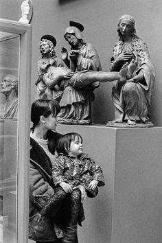 GB. LONDON. General. Alita Naughton with daughter Sian in the British Museum. The Lamentation over the Dead Christ. Terracotta. Workshop of Giovanni Delia Robbia b 1469. (Sculpture Exposed. Carving and Controversy). 1967 © David Hurn/Magnum Photos