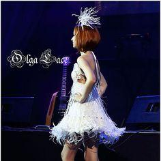 Платье с белыми вязаными сапогами