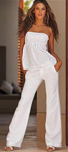QUE VESTIR PARA LUCIR IMPECABLE EN ÉPOCA DE CALOR CON ROPA DE LINO EN BLANCO Hola Chicas!!! Las prendas de lino son prendas básicas en el guardarropa de cualquier mujer. Al ser un tejido natural, resulta muy cómoda y fresca. No importa si vives en la playa o en una ciudad que no la tiene, siempre lucirá elegante si sabes combinarla. Un pantalón del mismo estilo, pero con una blusa de tirantes, ambos tendrán un look muy relajado y casual, ideal para salir de paseo.